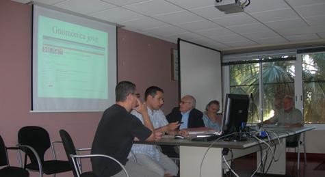 """Nasi Vilà i Jaume Claramunt durant la seva exposició del projecte """"Gnomònica Jove"""""""