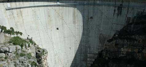 EL rellotge de sol a la paret de la presa de Castillon