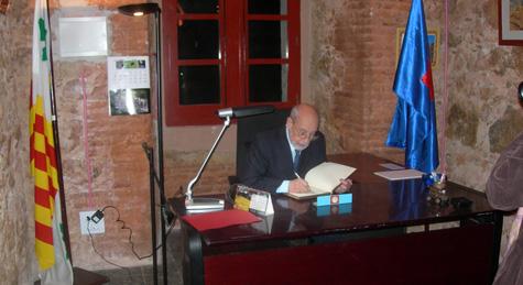 En Francesc Clarà signant el llibre d'Honor de l'Associació Amics del Castell de Sant Ferran