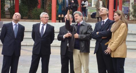 López Asensio, el día de la inauguració, donant explicacions a les autoritats presents a l'acte