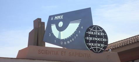 """Temporis umbra es el lema del nou rellotge de sol de López Asensio, que des del 22 de febrer 2010 presideix l'entrada de l'IES """"José Planes"""" d'Espinardo, Múrcia."""